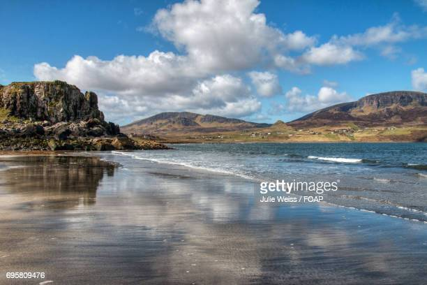 scenic view of staffin beach - glen sligachan photos et images de collection