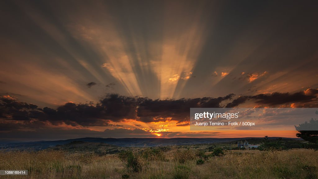 Scenic View of sunlight through clouds during sunset : Foto de stock