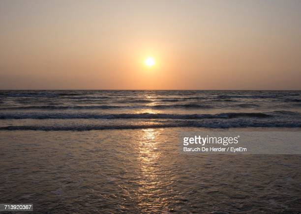 scenic view of sunset over sea - barulho stock pictures, royalty-free photos & images