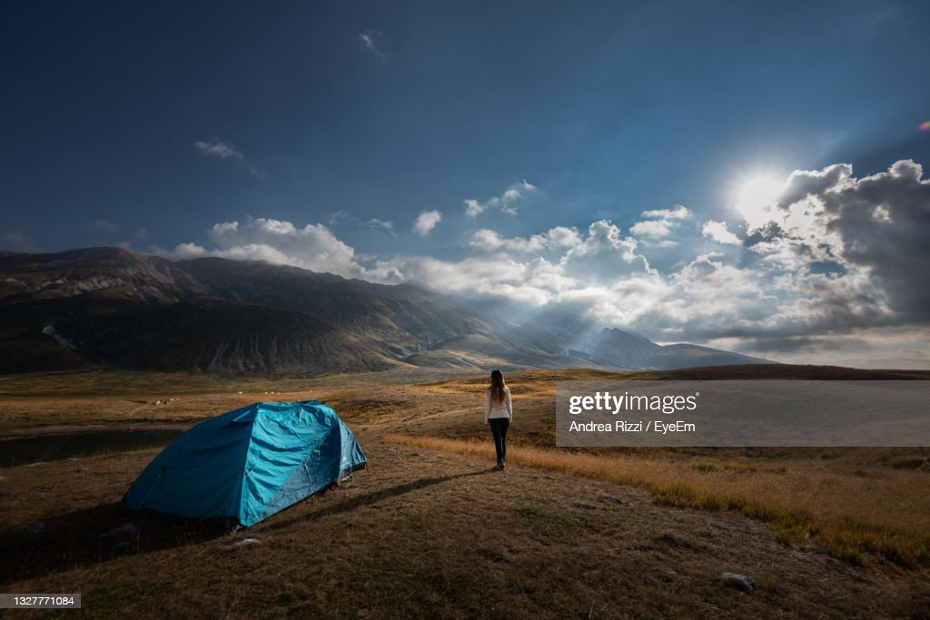 Scenic View Of Tent On Field Against Sky, Campo Imperatore : Foto stock