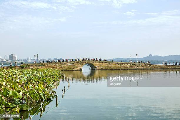 scenic view of the broken bridges on the west lake,hangzhou - west lake hangzhou stock pictures, royalty-free photos & images