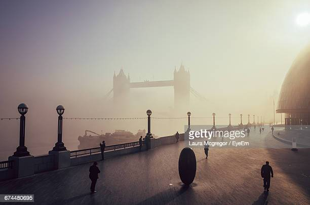scenic view of tower bridge and walkway in the morning - river thames stock pictures, royalty-free photos & images
