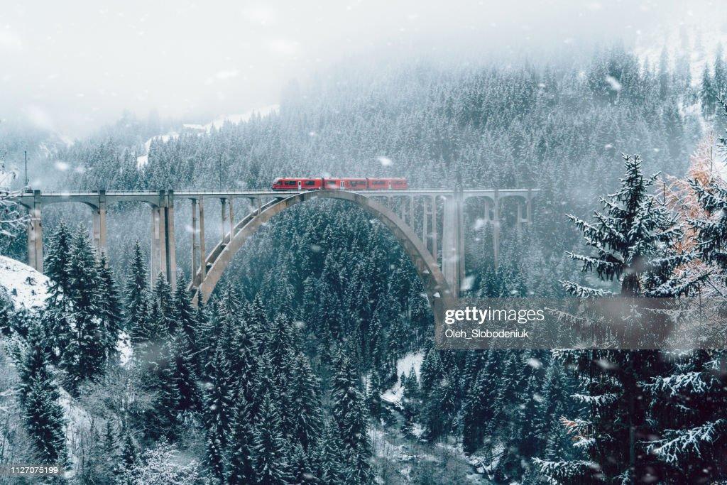 Mirador del tren sobre el viaducto en Suiza : Foto de stock