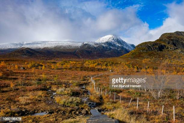 scenic view of valdresfloya norway in fall with snow in the mountains - finn bjurvoll - fotografias e filmes do acervo