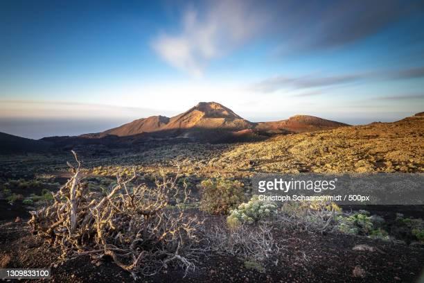 scenic view of volcanic landscape against sky,spanien,spain - spanien fotografías e imágenes de stock
