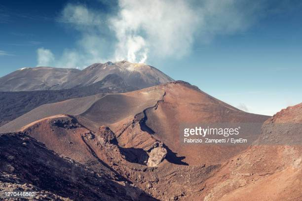 scenic view of volcanic mountain against sky - fabrizio zampetti foto e immagini stock