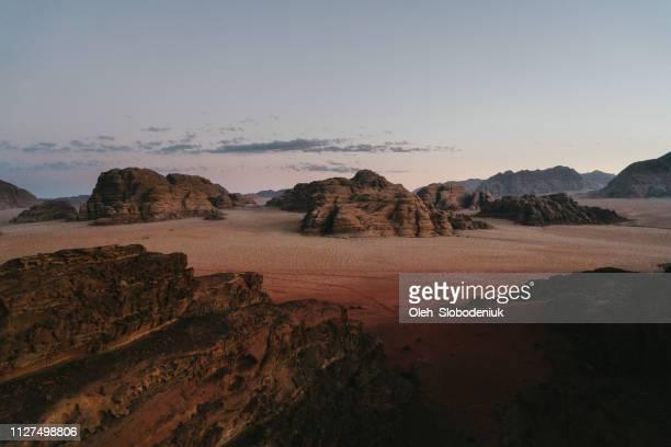 vista panorámica del desierto de wadi rum al atardecer - paisajes de jordania fotografías e imágenes de stock