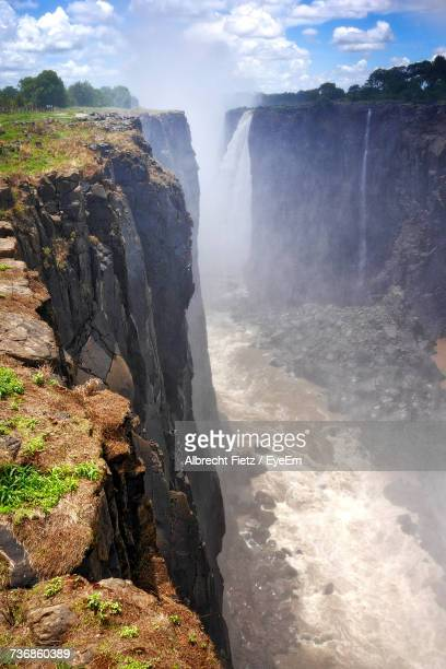 scenic view of waterfall against sky - アフリカ ヴィクトリアの滝 ストックフォトと画像