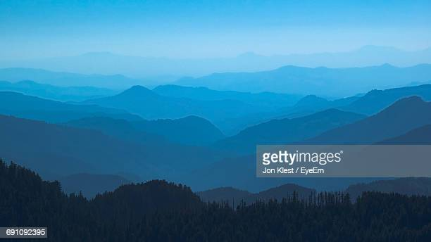 scenic view of wilderness mountains during foggy weather - katoomba stock pictures, royalty-free photos & images