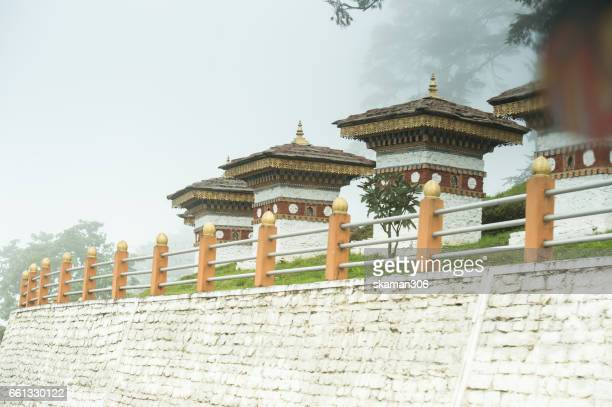 scenic view point on the way to dochula pass 108 chortens thimphu bhutan - dochula pass stock-fotos und bilder