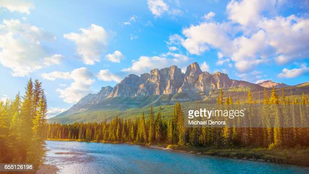 scenic views of bow river, castle mountain, banff national park - canadian rockies stockfoto's en -beelden