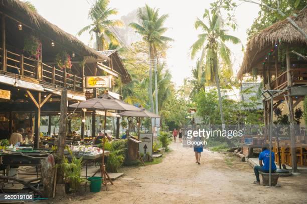 scenice tropische reise destinationen railay krabi thailand - railay strand stock-fotos und bilder