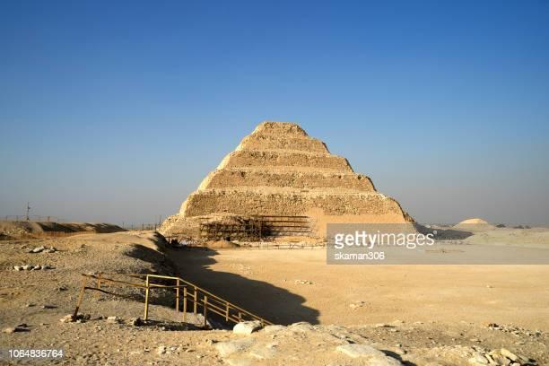 scenice view of step pyramid of djoser near memphis saqqara egypt the first pyramids in egypt - túmulo - fotografias e filmes do acervo