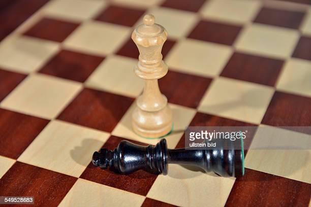 Schachspiel Dame schlägt König