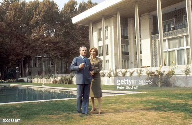 Schah Reza Pahlavi Ehefrau Farah Diba Kaiserin von Persien kaiserlicher Garten Teheran/Persien Arm in Arm spazieren gehen Palast Promi Foto PBischoff...