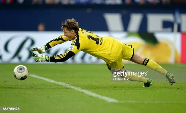 FUSSBALL 1 BUNDESLIGA SAISON FC Schalke 04 Hamburger SV Torwart Rene Adler patzt bei der Szene zum 33 und kann auch im Nachfassen den Ball nicht...