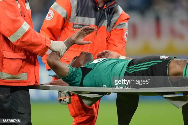 FUSSBALL CHAMPIONS FC Schalke 04 Paok Saloniki Jefferson Farfan wird verletzt vom Platz getragen