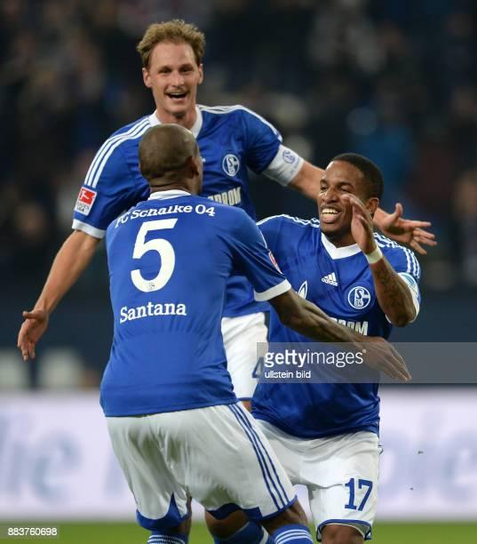 FUSSBALL 1 BUNDESLIGA SAISON FC Schalke 04 SV Werder Bremen Felipe Santana Benedikt Hoewedes und Jefferson Farfan jubeln nach dem Tor zum 31