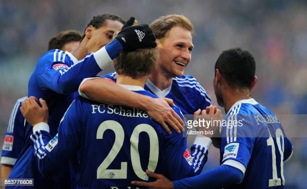 FUSSBALL 1 BUNDESLIGA SAISON FC Schalke 04 TSG 1899 Hoffenheim Joel Matip Teemu Pukki Benedikt Hoewedes und Raffael jubeln nach dem 30