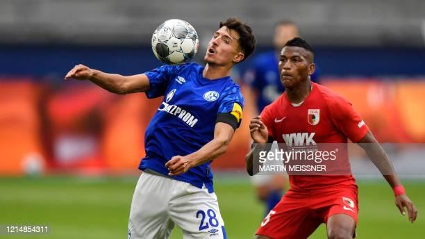Schalke's Austrian midfielder Alessandro Schoepf and Augsburg's Ecuadorian midfielder Carlos Gruezo vie for the ball during the German first division...