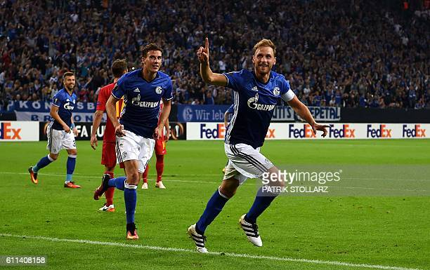 Schalke's defender Benedikt Hoewedes celebrates scoring with his teammates during the UEFA Europa League firstleg football match between Schalke 04...