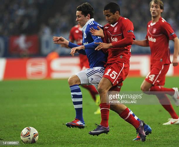Schalke's midfielder Julian Draxler and Twente's Venezuelan defender Roberto Rosales vie for the ball during the secondleg of the UEFA Europa League...