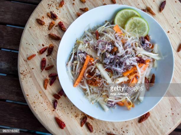scharfer thaisalat mit oktopus - anja lunch stock-fotos und bilder