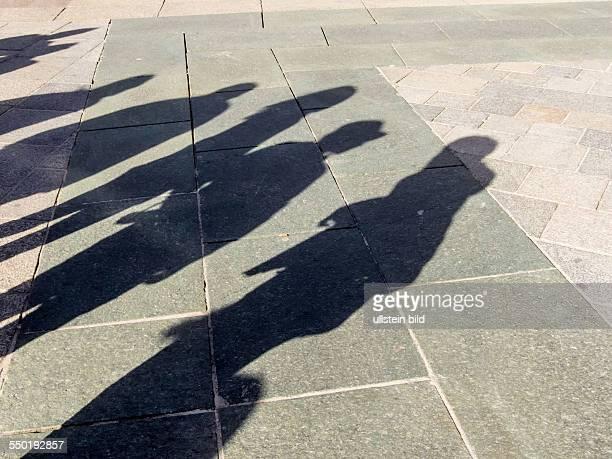 Schatten von Menschen Symbolfoto für Anonymität Stadtleben Massengesellschaft