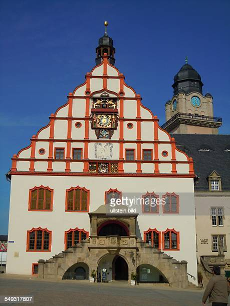 Schaufassade des Rathauses dahinter der Turm des zweiten Rathauses