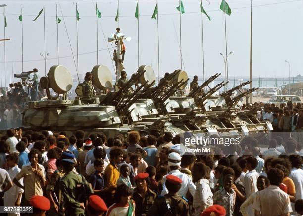 Schaulustige am Rande eine Militärparade im September 1979 an einer Straße in der libyschen Stadt Bengasi anlässlich des 10 Jahrestages des Sturzes...