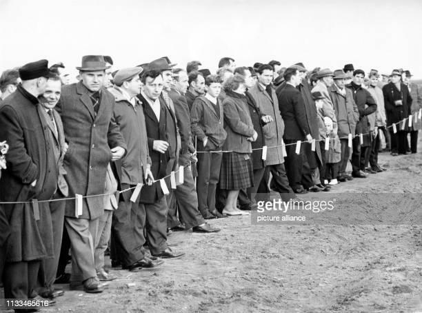 Schaulustige, die sich zu Tausenden an der Unglücksstelle an der Eisenerzgrube von Lengede-Broistedt eingefunden hatten. Aufnahme vom Oktober 1963....
