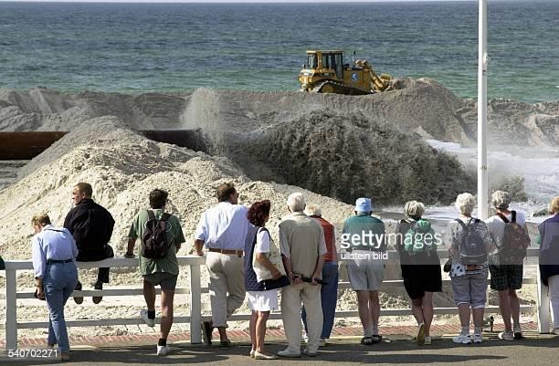 Schaulustige sehen sich die Vorspülung von Sand am Strand von Westerland an die zum Schutz der Insel Sylt dient Vorspülungen sollen den Sandverlust...