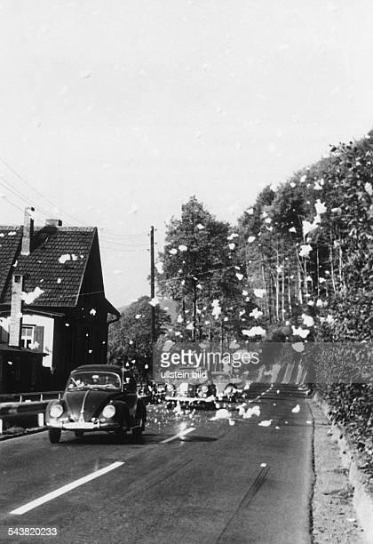 Schaumregen auf der Bundesstrasse 3zwischen HannoverschMünden und Kasseldie Flocken werden von einem nahelegenenStausee herübergeweht der...