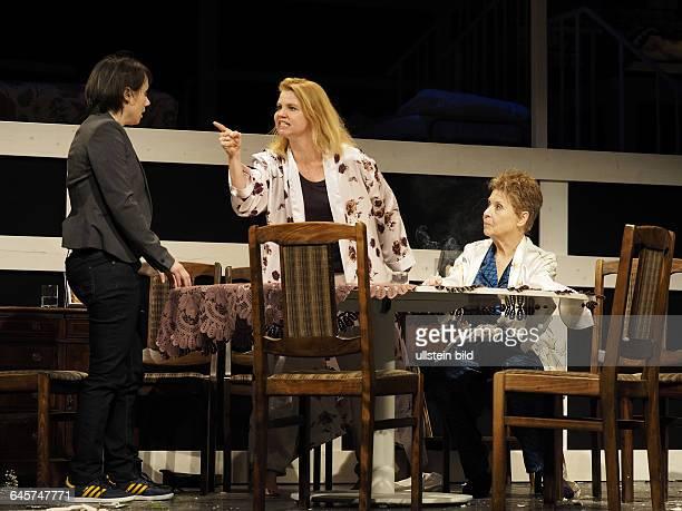 Schauspieler Annette Frier als Barbara Fordham Ursula Karusseit als Violet Weston Eva Loebau als Ivy Weston am bei der Fotoprobe zum Theaterstueck...