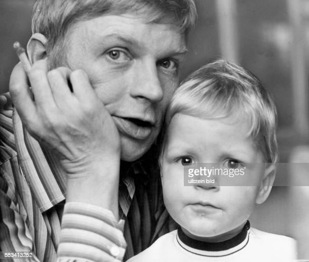 * Schauspieler Autor D Der Schauspieler Hardy Krüger Senior mit seinem Sohn Hardy Junior Hardy Krüger Senior hat eine Zigarette in der Hand