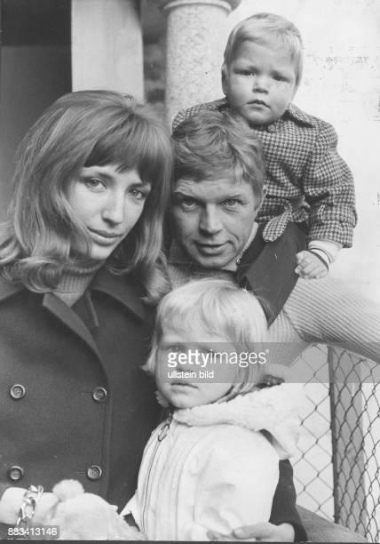 * Schauspieler Autor D Der Schauspieler Hardy Krüger Senior mit seiner zweiten Ehefrau Francesca und den gemeinsamen Kindern Sohn Hardy Krüger Junior...