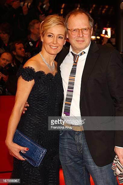 Schauspieler Axel Milberg Und Seine Ehefrau Judith In Einem Kleid Von Escada Bei Der The International Premiere Bei Der 59 Berlinale In Berlin