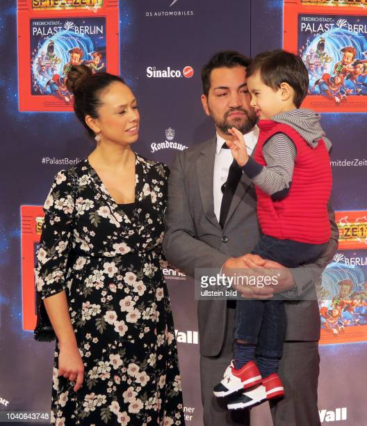 """Schauspieler Bülent Sharif mit Ehefrau Emy und Sohn Timucin-Khan aufgenommen bei der Premiere der Kinderrevue """"Spiel mit der Zeit"""" im..."""
