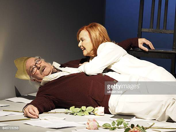 Schauspieler Brigitte Grothum als Beatrice Stella Campbell und Achim Wolff als George Bernard Shaw am bei einer Fotoprobe zum Theaterstueck Geliebter...