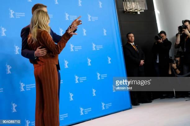 Schauspieler Charlie Hunnam und Schauspielerin Sienna Miller beim Photocall zum Film THE LOST CITY OF Z anlässlich der 67 Berlinale