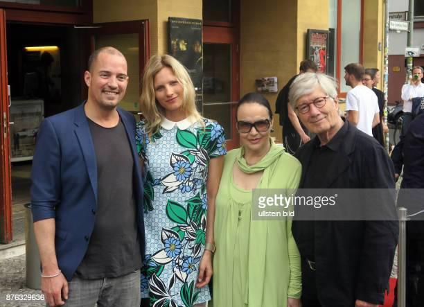 Schauspieler Christian Wolff mit Ehefrau Marina Handloser Sohn Patrick und dessen Freundin Kathrin Seitz aufgenommen bei der Premiere des Films...