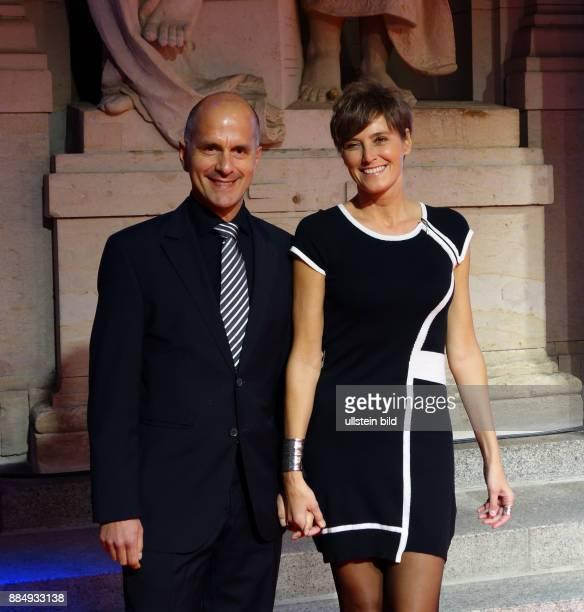 Schauspieler Christoph Maria Herbst und Ehefrau Gisi aufgenommen bei der Premiere vom Udo Jürgens Musical Ich war noch niemals in New York im heater...