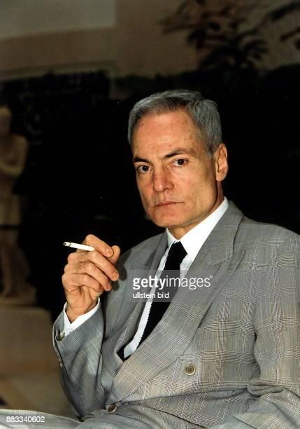 1943 Schauspieler D im grauen Anzug mit Zigarette