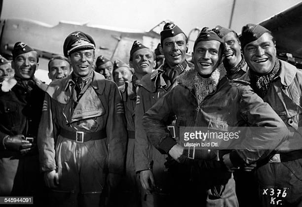 Schauspieler Dals Leutnant Fabian mit CarlRaddatz Karl John Herbert Wilk undHannes Stelzer im FilmStukasRegie Karl Ritter 1938