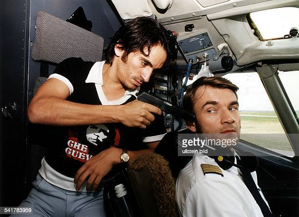 Schauspieler Din der Rolle des Flugkapitän Schumann mit Birol Uenel als Terrorist Mahmudim dem zweiteiligen Fernsehfilm der ARDTodesspielRegie...