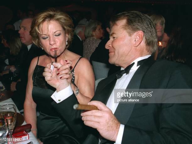 Schauspieler Fritz Wepper gibt seiner Frau Angela beim Ball des Sports am 5.2.2000 in Wiesbaden Feuer. Die höchste politische Prominenz blieb dem...