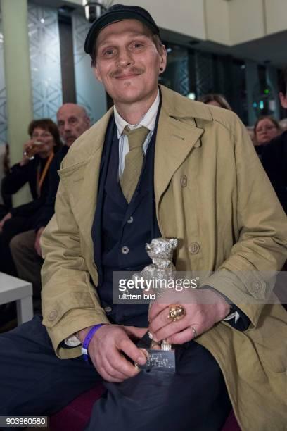 Schauspieler Georg Friedrich mit dem Silbernen Bären als Bester Darsteller in dem Film HELLE NÄCHTE zu Gast im RadioEins Berlinale Nighttalk aus der...