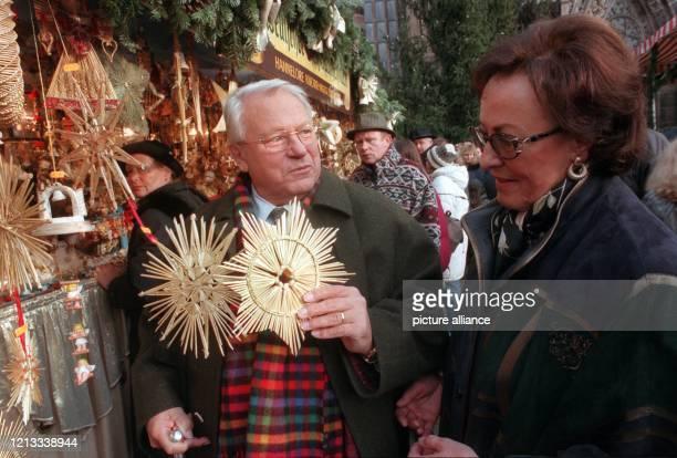 Schauspieler Günter Strack und seine Frau Lore sehen sich am bei einem Bummel über den Nürnberger Christkindlesmarkt Weihnachtssterne an. Nach seinem...