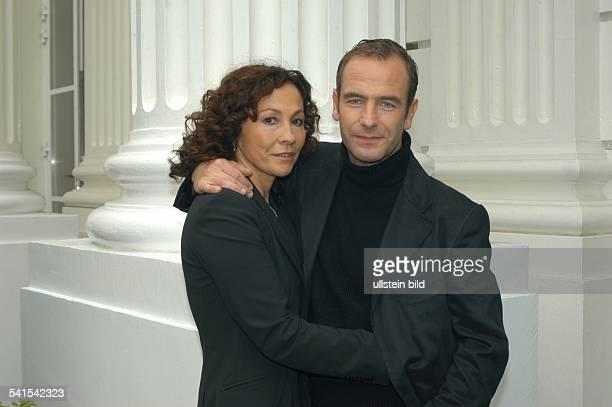 Schauspieler Grossbritannienmit Ehefrau Wanya Seager im Arm beim Fototermin in Hamburg