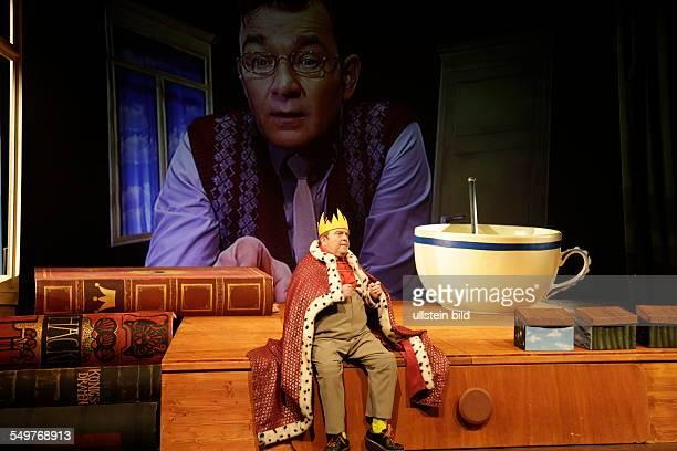 Schauspieler Gustav Peter Woehler und Matthias Freihof im Theaterstueck Der kleine Koenig Dezember im Berliner Schloßpark Theater Premiere